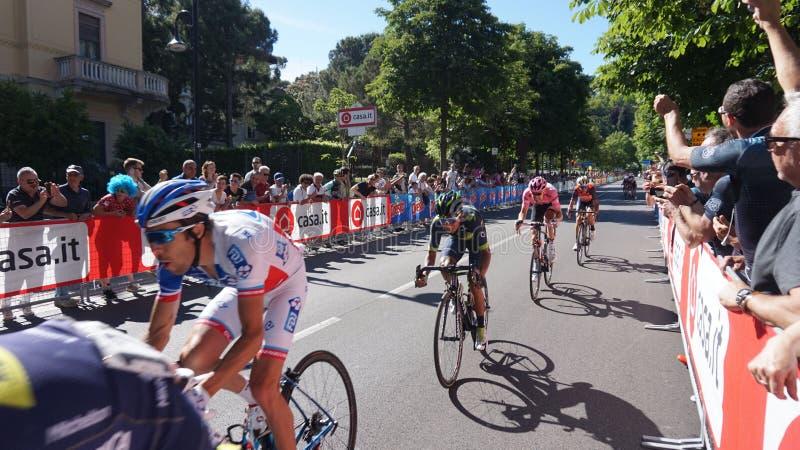 Chegada na fase de Bergamo da 100th edição da raça de bicicleta anual da múltiplo-fase de Italia do ` do Giro d reconhecível aos  fotos de stock