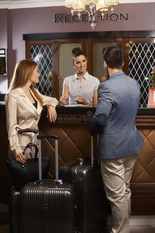 Chegada na recepção do hotel imagens de stock royalty free