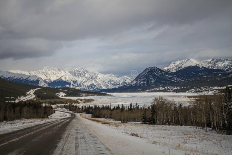 Chegando no lago gelado Abraham, Clearwater County, Alberta, Canadá fotografia de stock