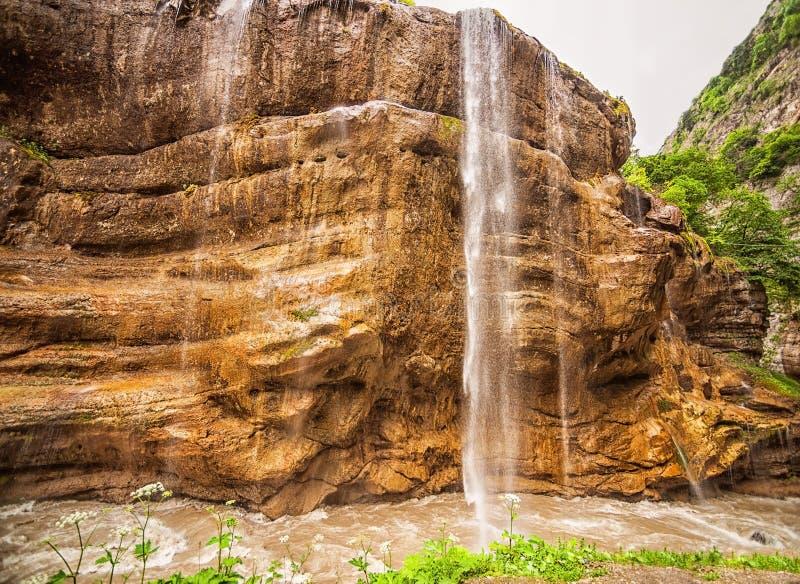 Chegemwatervallen in ruwe canion en berg stock afbeeldingen
