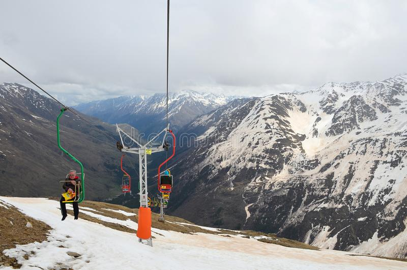 CHEGET RYSSLAND - Maj 6, 2018: Folket går på etapp av chairliften i monteringen Cheget i Elbrus, nordliga Kaukasus Top beskådar arkivbild
