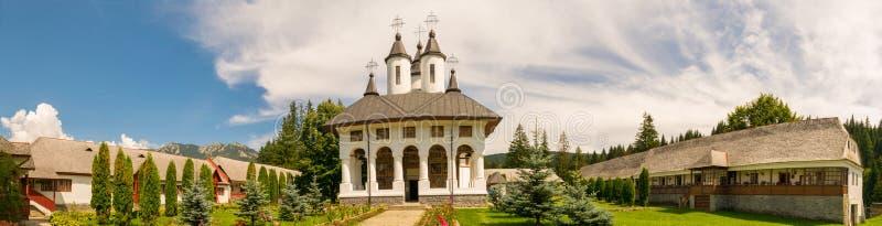 Cheia, Roemenië - Augustus 15, 2018: Panorama van binnenplaats bij Cheia-Klooster in Cheia, Prahova, Roemenië royalty-vrije stock foto's