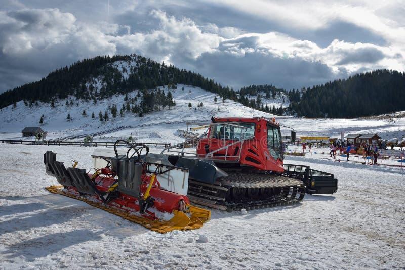 Cheile Gradistei, Rumänien - Januari 24: Snö-ansa maskinen på snökullen som är klar för skida lutningsförberedelser i IBU Youth&J arkivbilder