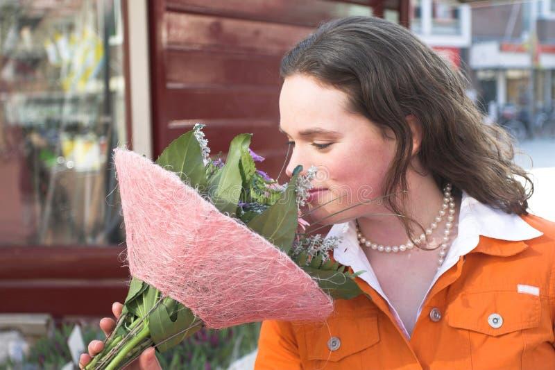 Cheirando as flores fotos de stock royalty free