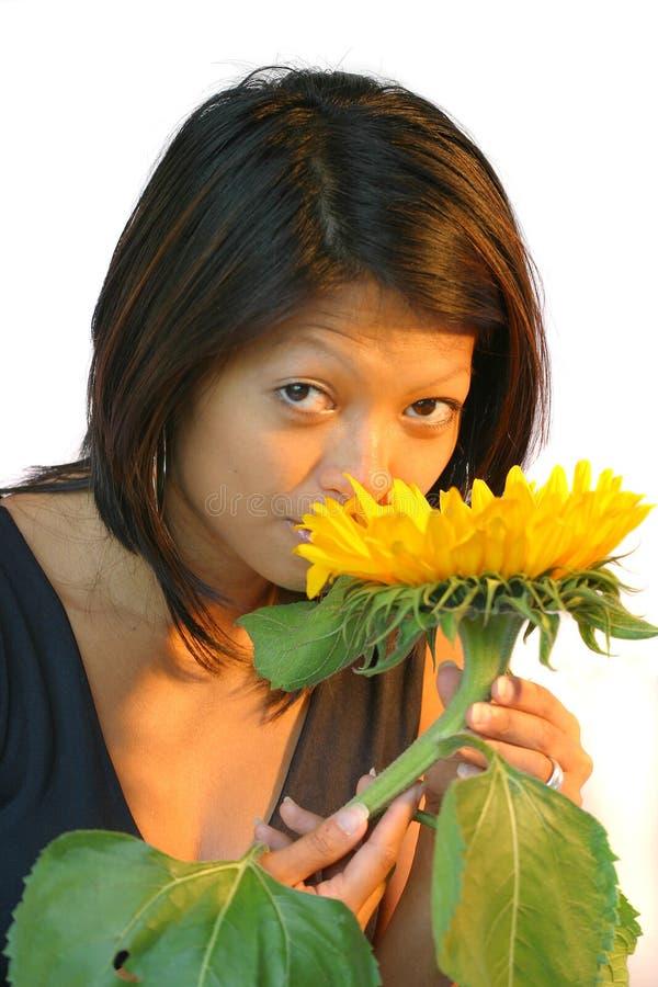 Cheirando a flor fotografia de stock royalty free
