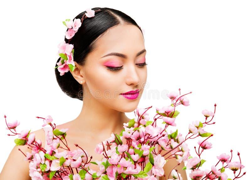 Cheiro Sakura Flowers da mulher, modelo de forma japonês Beauty Portrait, branco imagem de stock