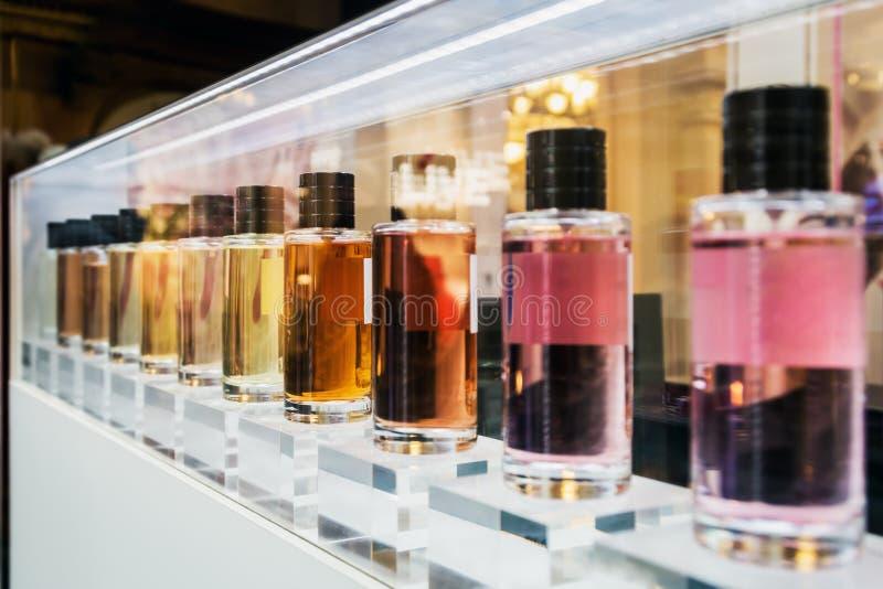 Cheiros diferentes do perfume do toalete na prateleira fotos de stock