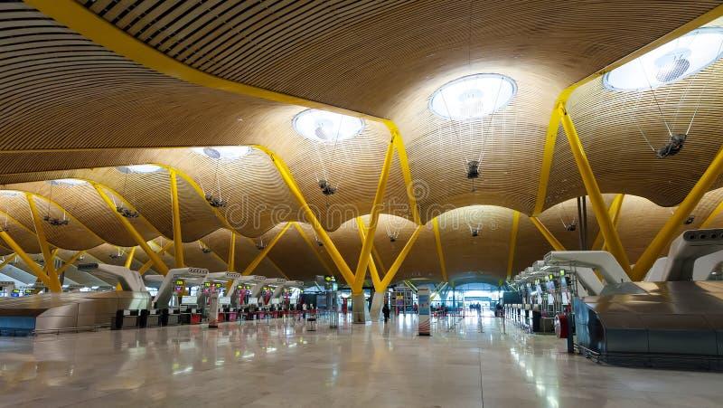 Chek-i korridor av den Barajas flygplatsen royaltyfri bild