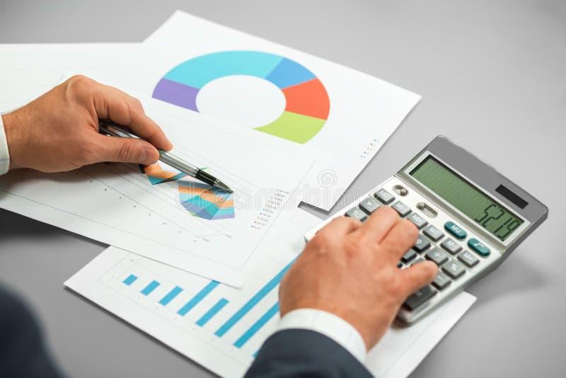 Cheking försäljningsrapport för affärsman arkivfoton