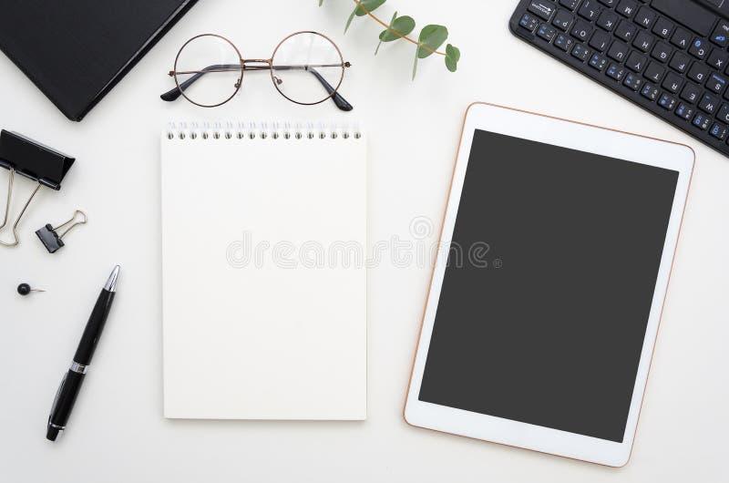 Cheking o concetto praticante il surfing del app e del sito Blocco note dell'area di lavoro di vista superiore con la penna e sch immagine stock