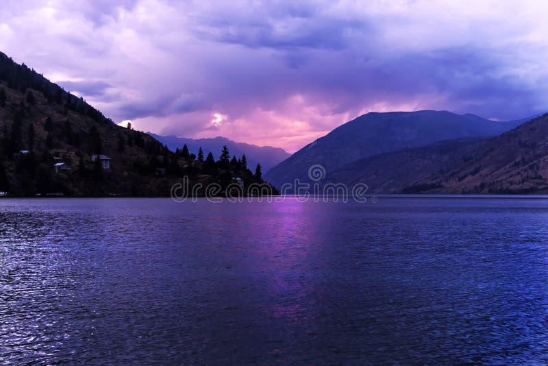 chelan заход солнца озера стоковые фото