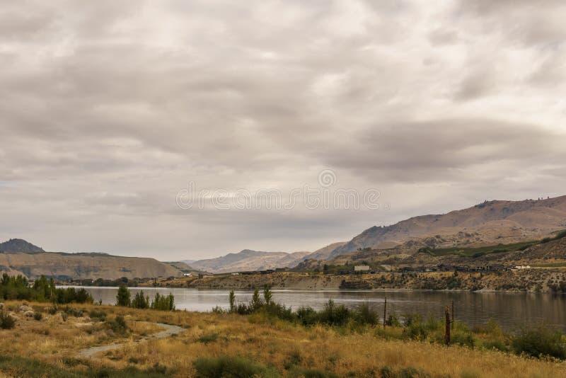 Chelan, los E.E.U.U. - 16 de septiembre de 2018: Paisaje hermoso de Autumn Scenery con el río Columbia y la pradera foto de archivo