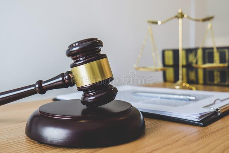 ?chelles de justice et de Gavel sur retentir le livre de bloc, d'objet et de loi au travail avec l'accord de juge dans la salle d image libre de droits
