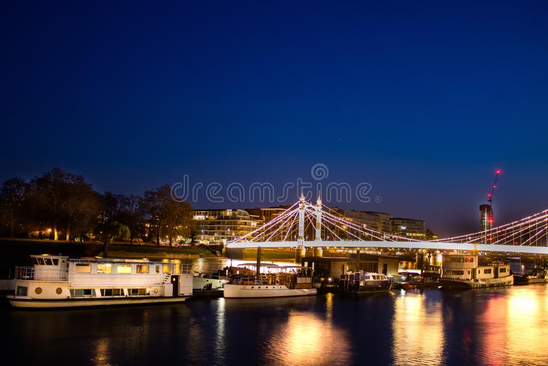 Chelsea Bridge Containing Canal Boats stockfotos