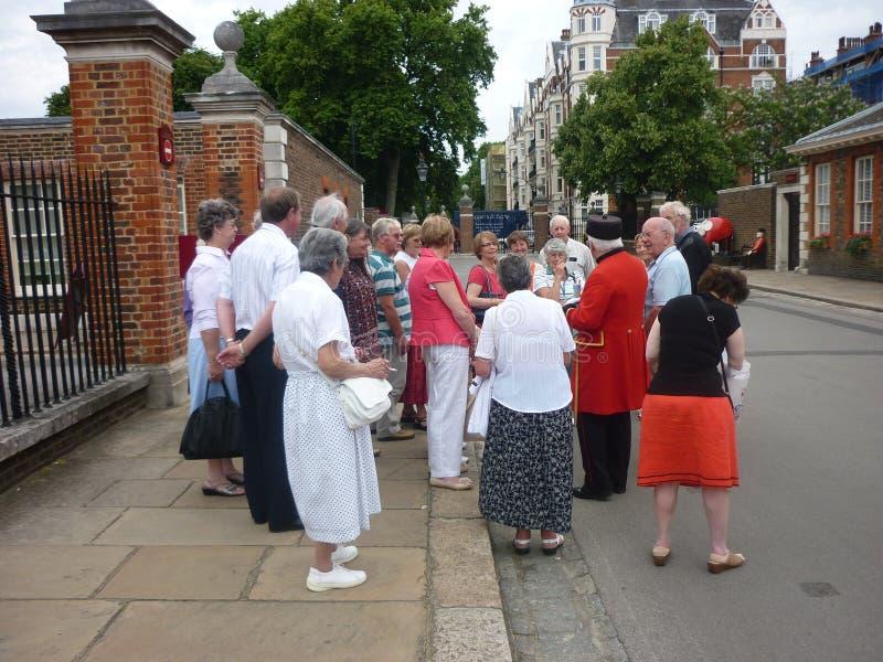 Chelsea Pensioner entre um grupo de visitantes fotos de stock