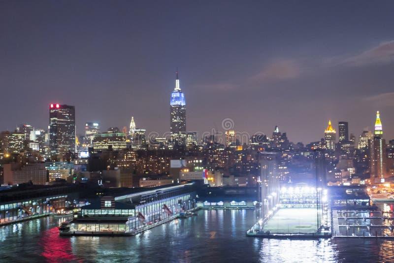 Chelsea Piers Sports- und Unterhaltungs-Komplex nachts lizenzfreie stockbilder