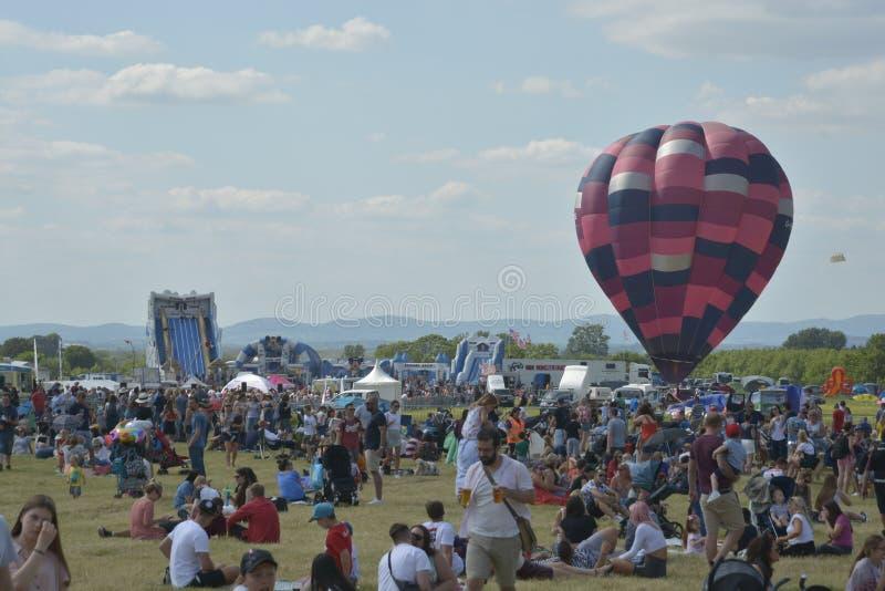 Cheltenham, Regno Unito - 22 giugno 2019 - folla al festival annuale del baloon dell'aria calda fotografia stock libera da diritti