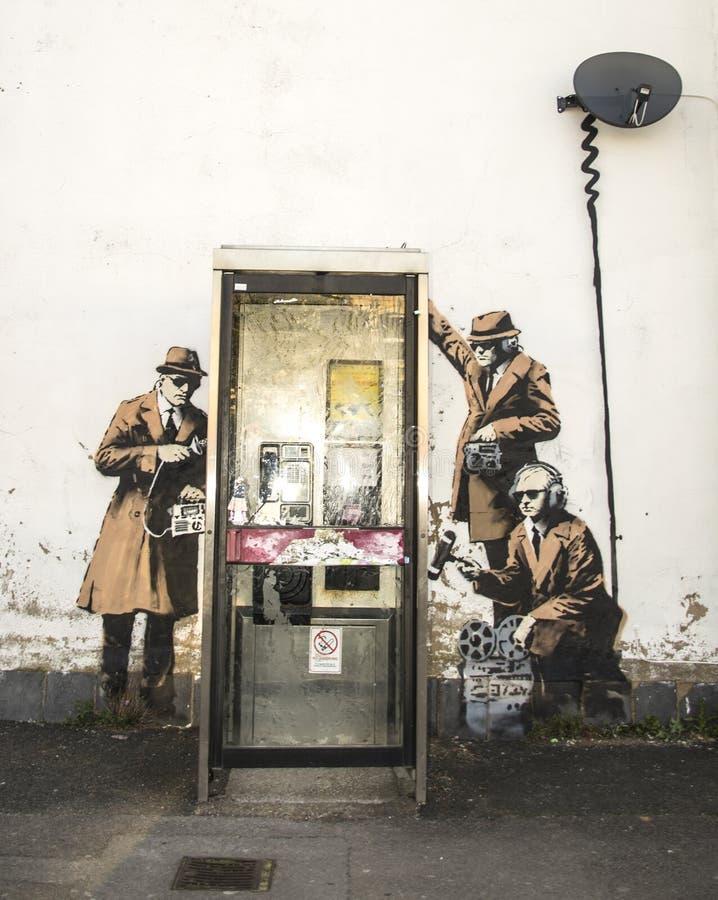 CHELTENHAM, REINO UNIDO - 16 DE ABRIL DE 2014: Pintada, posiblemente arte de Banksy fotografía de archivo