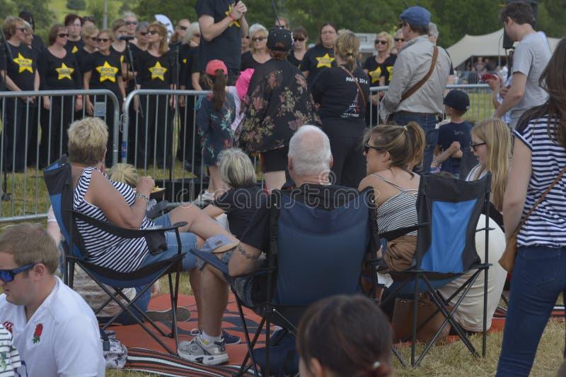 Cheltenham, Reino Unido - 22 de junio de 2019 - estribillo que escucha de mucha gente que canta, realizándose en el festival anua imagen de archivo