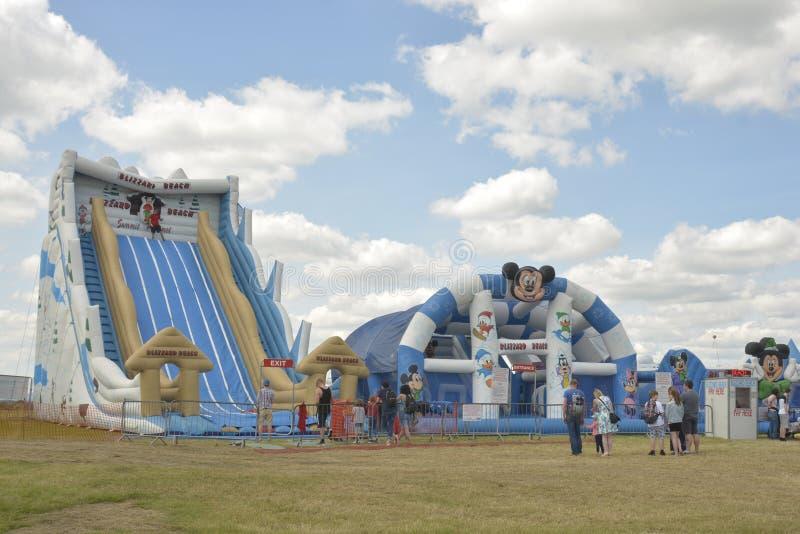 Cheltenham, zlany królestwo Nadmuchiwany obruszenie, przeszkoda kurs w boisku przy rocznym gorącego powietrza balon festiwalem pr obraz royalty free