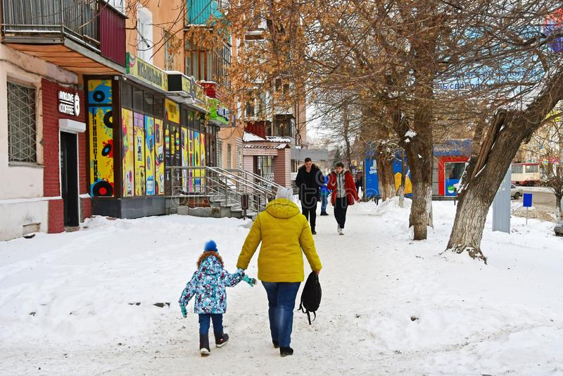 Chelyabinsk, Ρωσία, 01 Δεκεμβρίου, 2018 Μητέρα με την λίγη κόρη που περπατά στην οδό Tsvilling το χειμώνα σε Chely στοκ εικόνες
