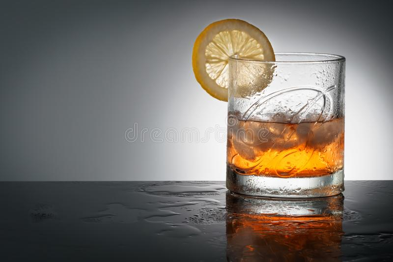 CHELYABINSK, RÚSSIA - abril 10,2018 vidros do uísque escocês misturado o mais fino Ballantines Logo Delicious Scotch Whisky Balla fotografia de stock royalty free