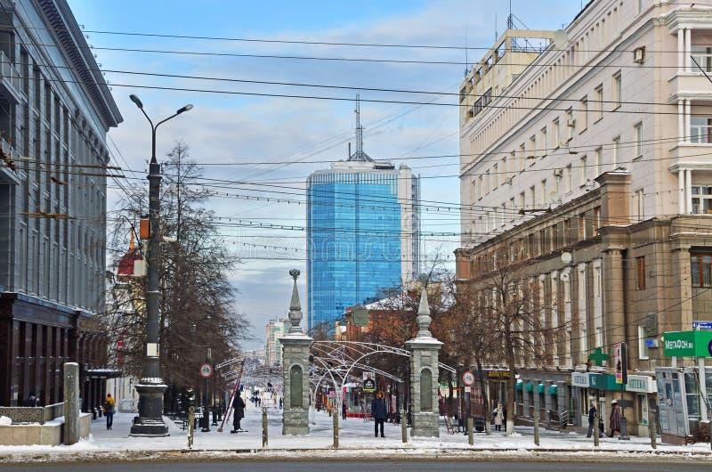 Chelyabinsk, Rusland, 01 December, 2018 Mensen die op de voetstraat van Kirov Kirovskaya in het centrum van de stad o lopen royalty-vrije stock foto's