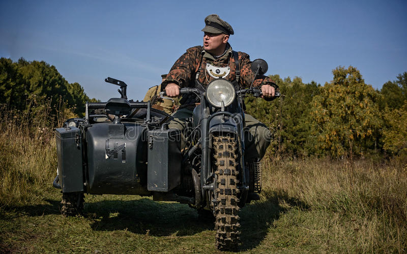 CHELYABINSK, RUSSIE - 24 SEPTEMBRE 2016 : Reconstitution historique de la deuxième guerre mondiale, soldat allemand sur le vélo photographie stock libre de droits