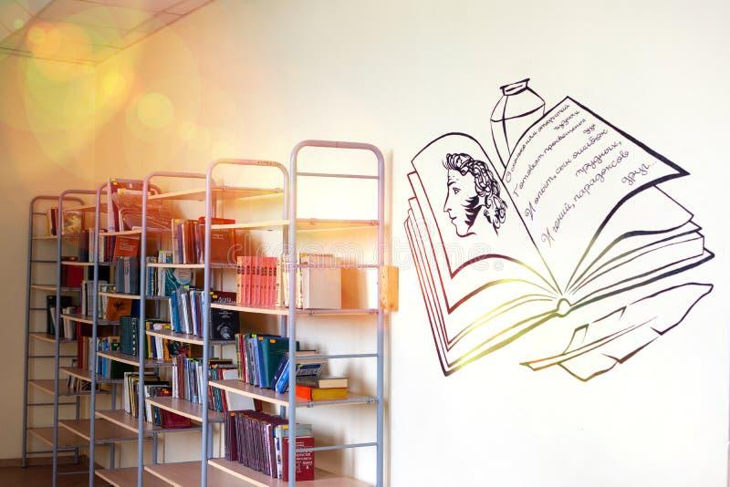 Chelyabinsk rysk federation, mars 25, 2019, en tom korridor i en rysk skola, b?cker som ligger p? hyllorna royaltyfria bilder