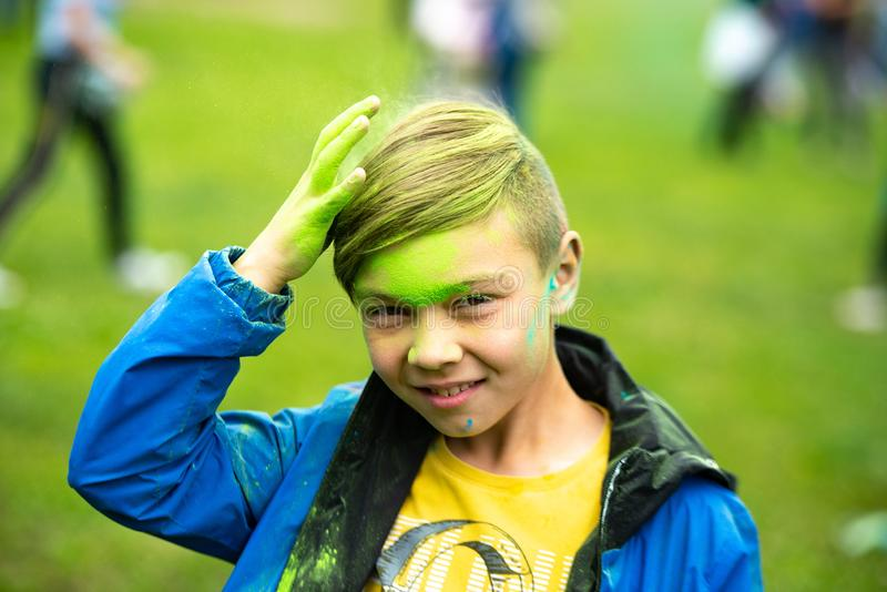 Chelyabinskgebied, Rusland - JULI 2019 De kinderen van verschillende nationaliteiten zijn vrienden bij het festival van kleuren stock foto's