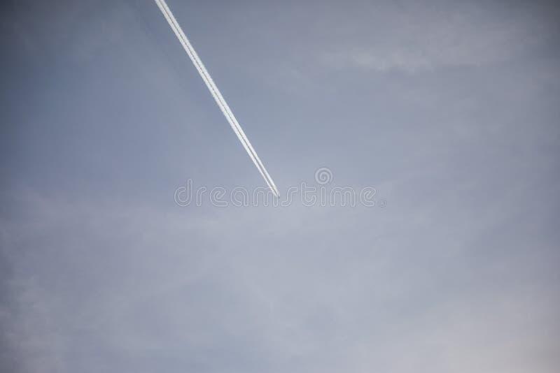 Chem-traînée plate loin sur le ciel image libre de droits