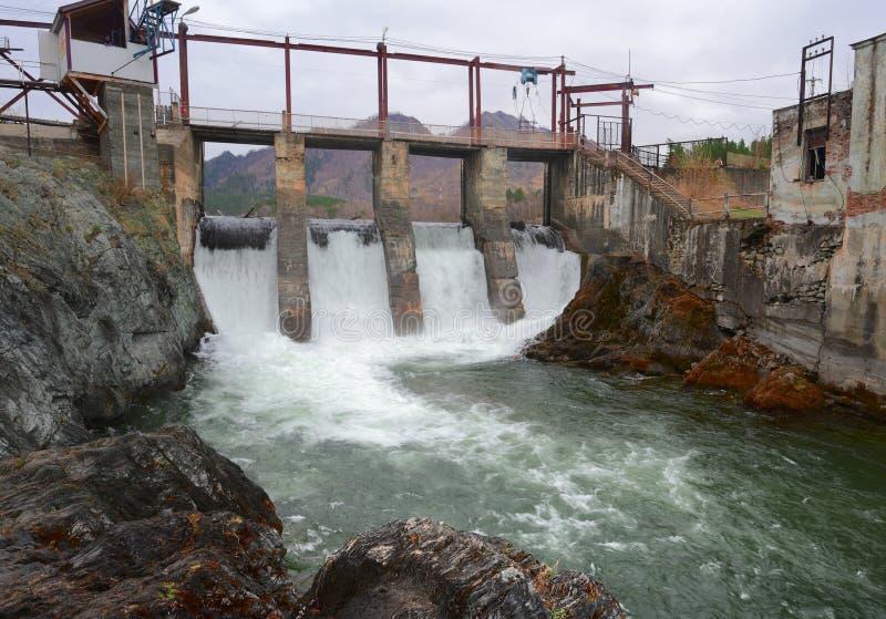 Chemal waterkrachtcentrale in de Altai-bergen stock foto's