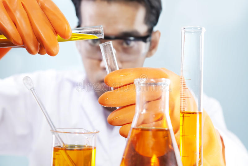 chemical laboratoriumforskning royaltyfria bilder