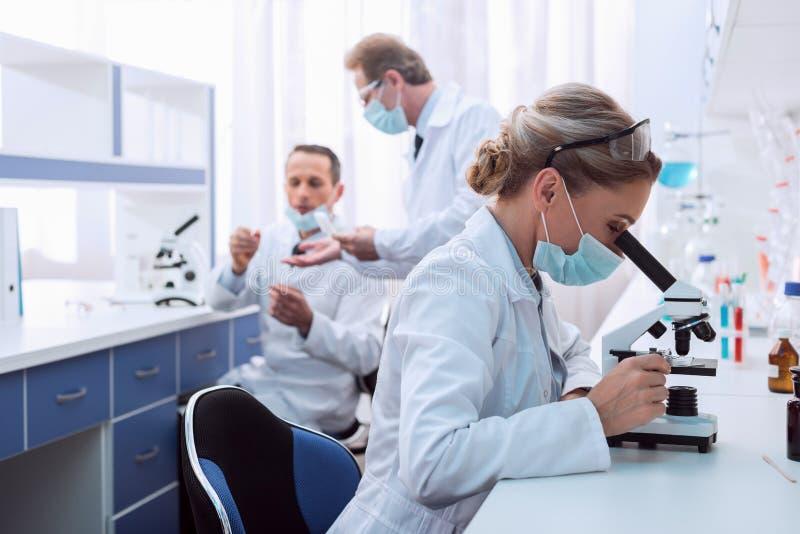 Chemicus die microscoopanalyse maken stock fotografie