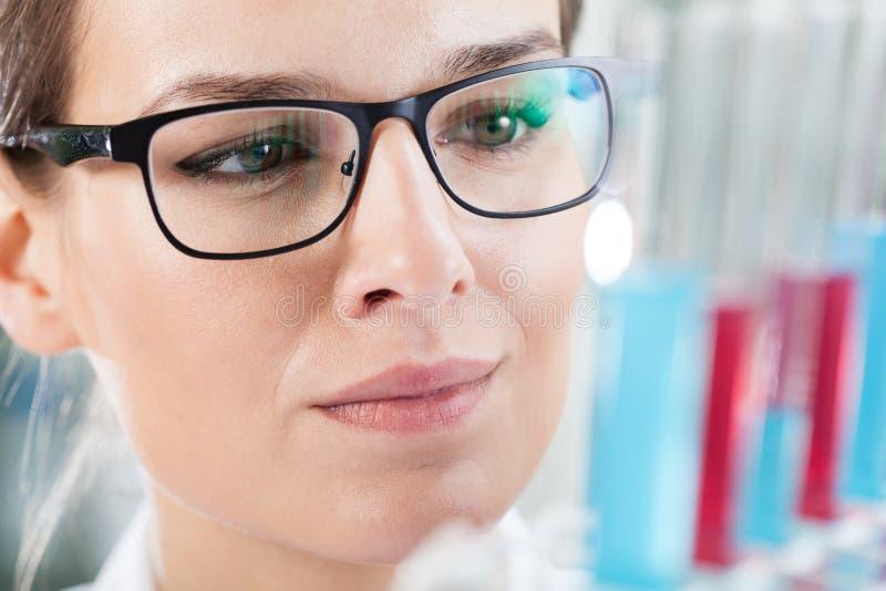 Chemicus die resultaat van experiment analyseren stock foto