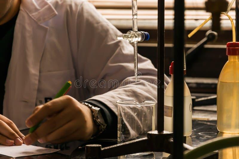 Chemicus in een laboratorium stock foto's
