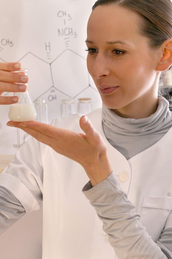 Chemicus en chemische fles stock fotografie