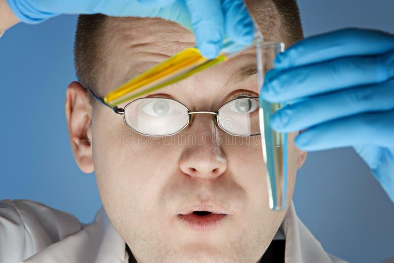 Chemicus op het werk stock fotografie