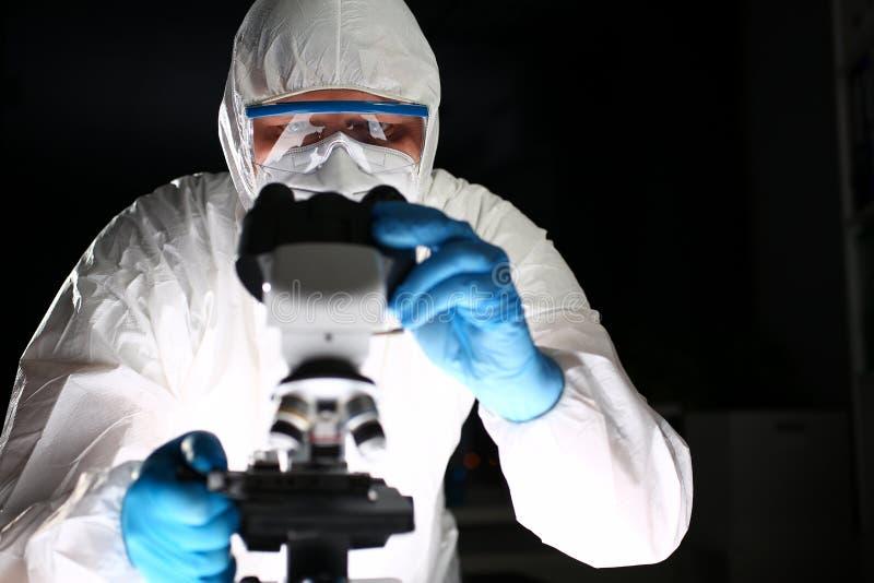 Chemicuswetenschapper Analyzing Microscope Research stock foto