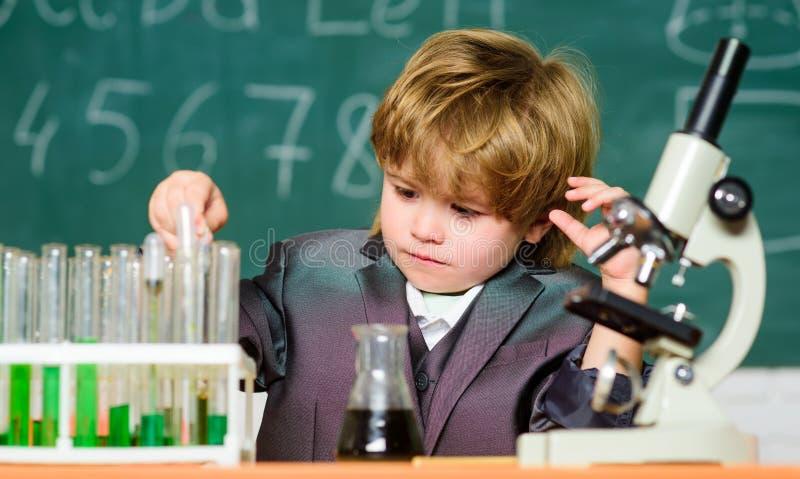Chemiczna analiza Berbecia geniusza dziecko Nauki poj?cie Obdarzony dziecko i wunderkind Dzieciak nauki chemii szkoły lekcja zdjęcie stock