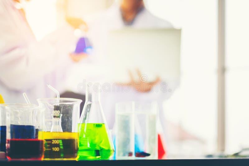 Chemicznej tubki ustalony rozwój i apteka w laboratorium z stubarwnymi substancjami w laboratorium zdjęcia royalty free