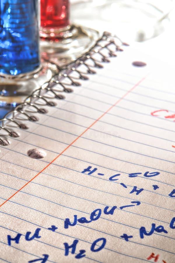 Chemie-Formeln im Wissenschafts-Forschungs-Labor lizenzfreies stockbild