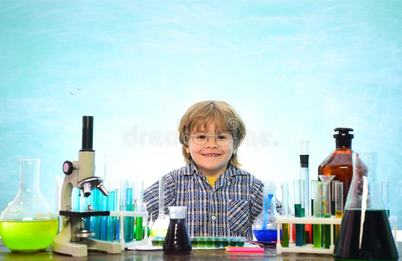 Chemie het Wetenschapsklaslokaal Ondergeschikte jaarchemie experiment Jong geitje van lage school Eerste schooldag chemie stock afbeeldingen