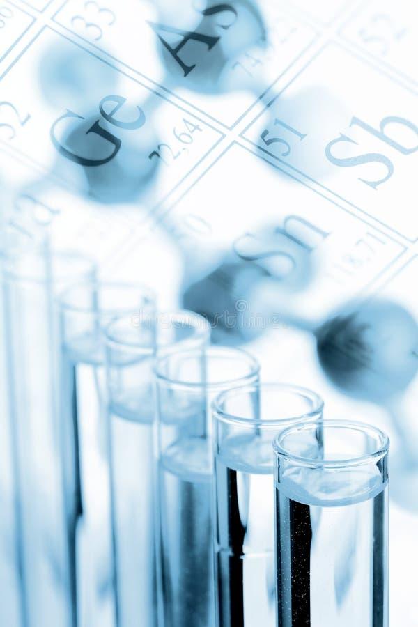 Chemie- oder Biologiehintergrund - Reagenzgläser mit Molekül modellieren lizenzfreies stockfoto