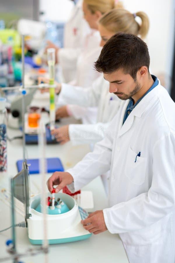Chemie-Techniker-Arbeit mit Reagenzgläsern im Labor stockbild