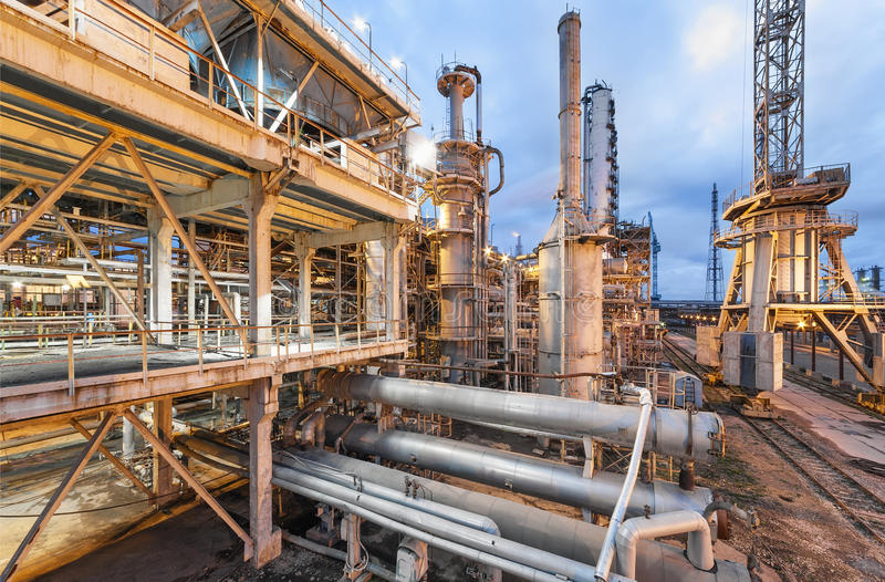 Chemiefabrik für Produktion der Ammoniak- und Stickstoffdüngung auf Nachtzeit lizenzfreie stockbilder