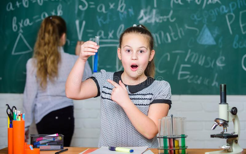 Chemieklassen Fascinerende wetenschap Onderwijsexperiment De meisjesklasgenoten bestuderen chemie Microscoopreageerbuizen royalty-vrije stock fotografie