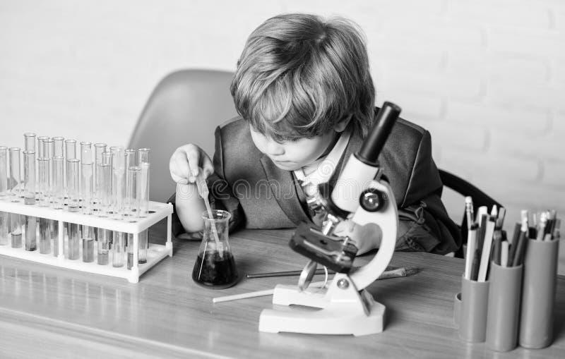Chemiekultur-Kid-Studium Schulbildung Kleinkind-Genie Chemische Analyse Wissenschaftskonzept Geschickt stockbilder