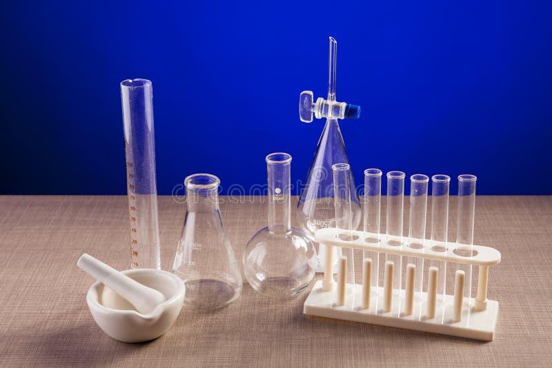 Chemielaboratorium op een lijst over blauwe achtergrond wordt geplaatst die stock foto