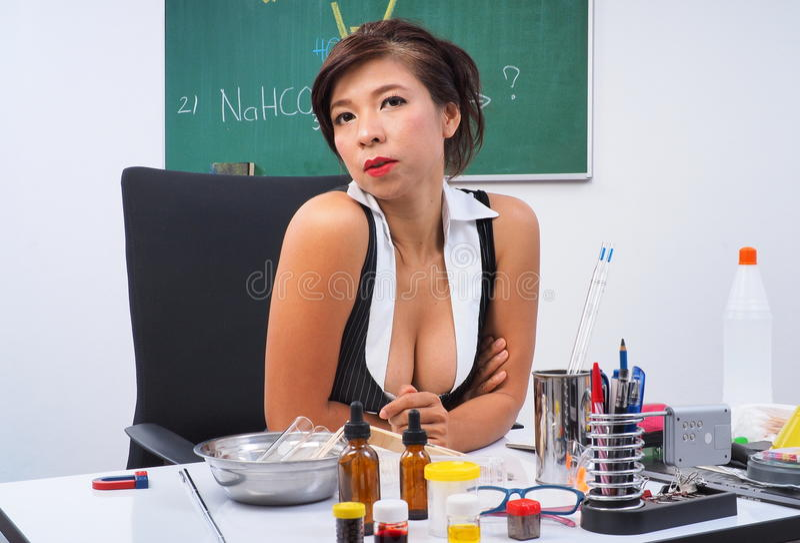 Chemieleraar bij haar bureau stock foto's